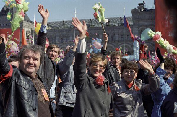 Demonstracja pracowników na Placu Czerwonym w Moskwie, 1988 rok  - Sputnik Polska