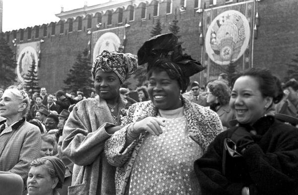 Goście z Afryki podczas demonstracji z okazji 1 maja, 1960 rok - Sputnik Polska