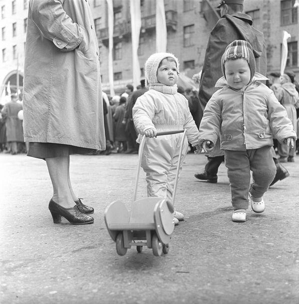 Маленькие москвичи на прогулке, 1968 год - Sputnik Polska