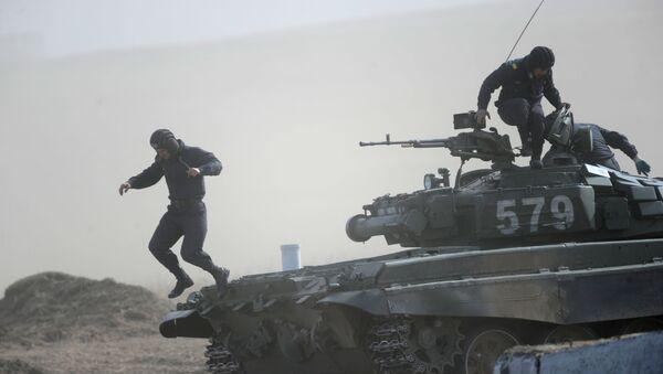 Załoga czołgu T-72 na zawodach Biathlon Czołgowy we Wschodnim Okręgu Wojskowym na poligonie w rejonie Zabajkalskim - Sputnik Polska