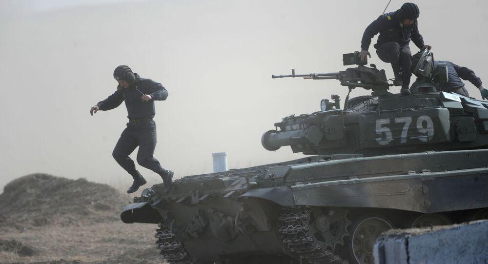 Załoga czołgu T-72 na zawodach Biathlon Czołgowy we Wschodnim Okręgu Wojskowym na poligonie w rejonie Zabajkalskim