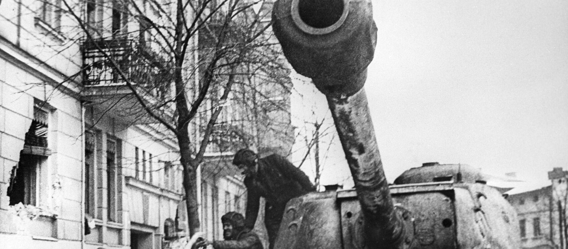 Mieszkańcy Poznania witają radziecki czołg IS-2 - Sputnik Polska, 1920, 29.04.2020