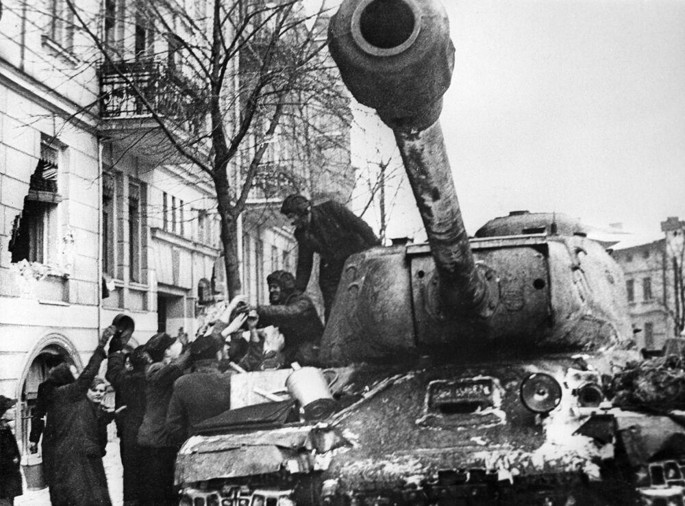 Mieszkańcy Poznania witają radziecki czołg IS-2