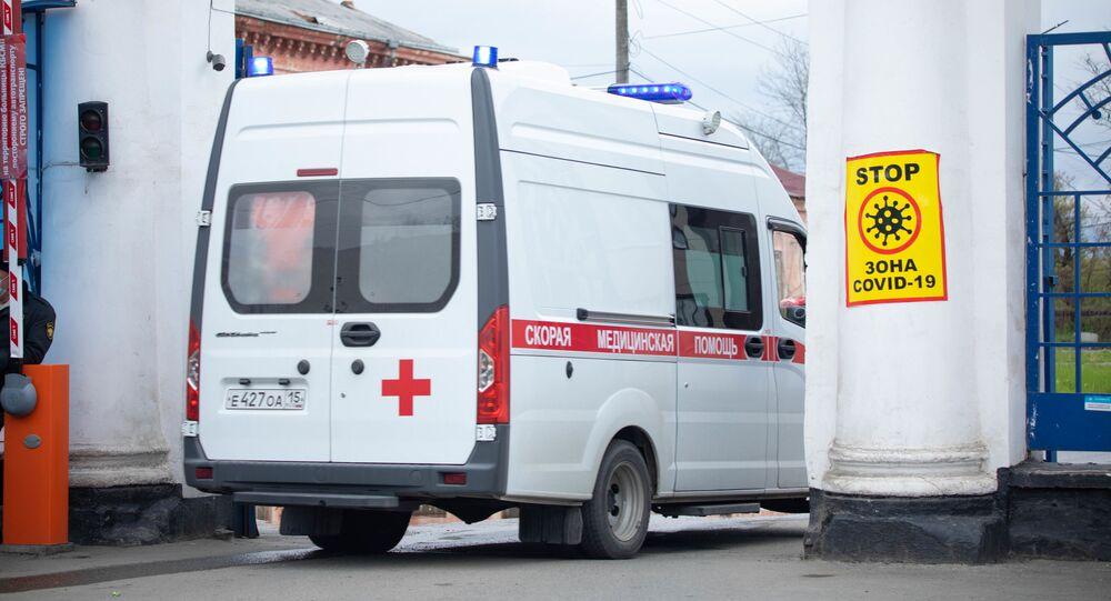Karetka pogotowia jedzie na terytorium szpitala klinicznego we Władykaukazie