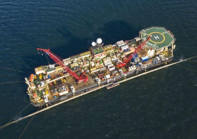 W Zatoce Greifswald na statku do układania rur Castoro 10 odbywa się zespolenie dwóch sekcji gazociągu