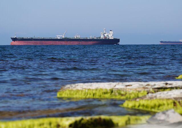 Tankowce na redzie w Zatoce Cemeskej