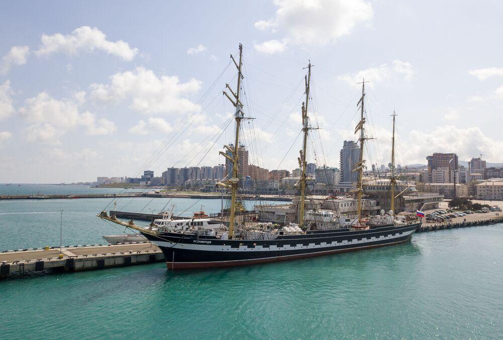 """Żaglowy okręt """"Krusenstern"""" w Noworosyjsku"""