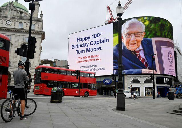 Plakat z wizerunkiem brytyjskiego weterana Toma Moore'a
