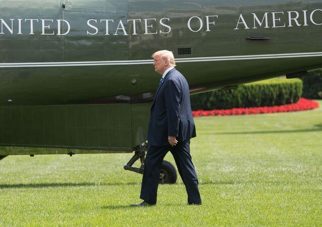 Prezydent USA Donald Trump na tle helikoptera, który ma go dostarczyć do podmiejskiej rezydencji w Camp David