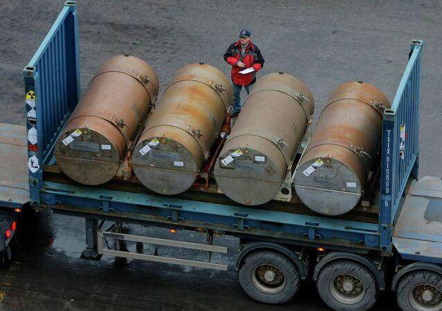 Ciężarówka z kontenerami z uranem wykorzystywanym jako paliwo dla reaktorów jądrowych w porcie w Petersburgu