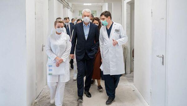 Mer Moskwy Siergiej Sobianin w jednym ze szpitali w rosyjskiej stolicy. - Sputnik Polska