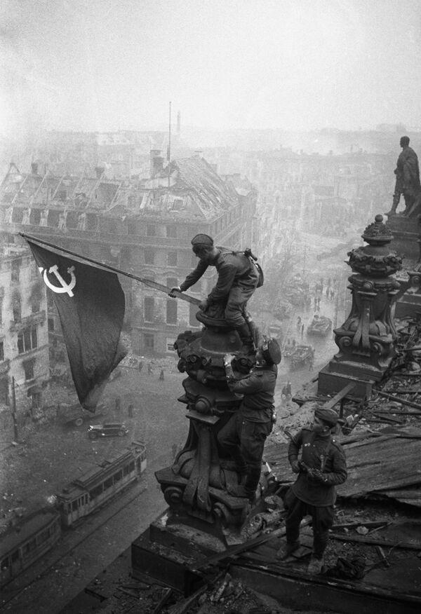 Sztandar Zwycięstwa nad Reichstagiem w Berlinie, 1945 rok - Sputnik Polska