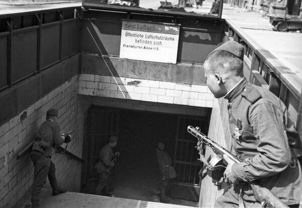 Żołnierze radzieccy przy wejściu do metra w Berlinie, 1945 rok - Sputnik Polska