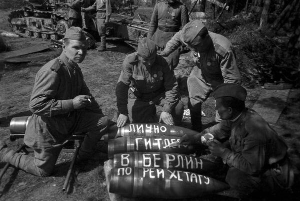 Radzieccy strzelcy przygotowują się do ataku, Berlin 1945 rok - Sputnik Polska