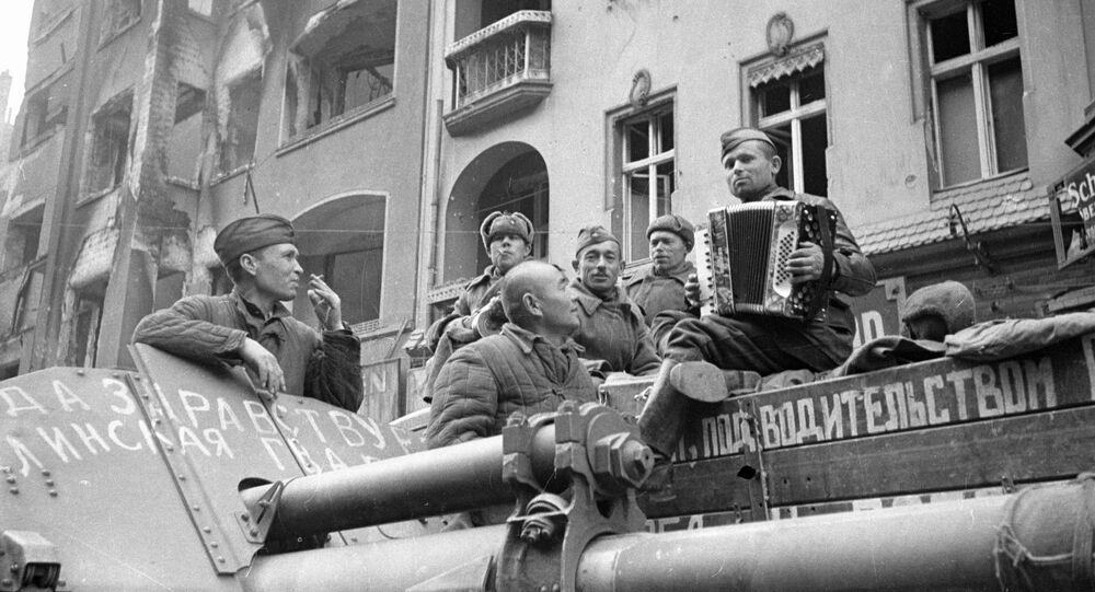 Żołnierze radzieccy słuchają akordeonu na ulicach Berlina, 1945 rok