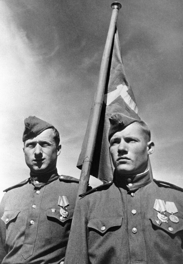 Żołnierze radzieccy, którzy zawiesili Sztandar Zwycięstwa nad berlińskim Reichstagiem w maju 1945 r. - Sputnik Polska