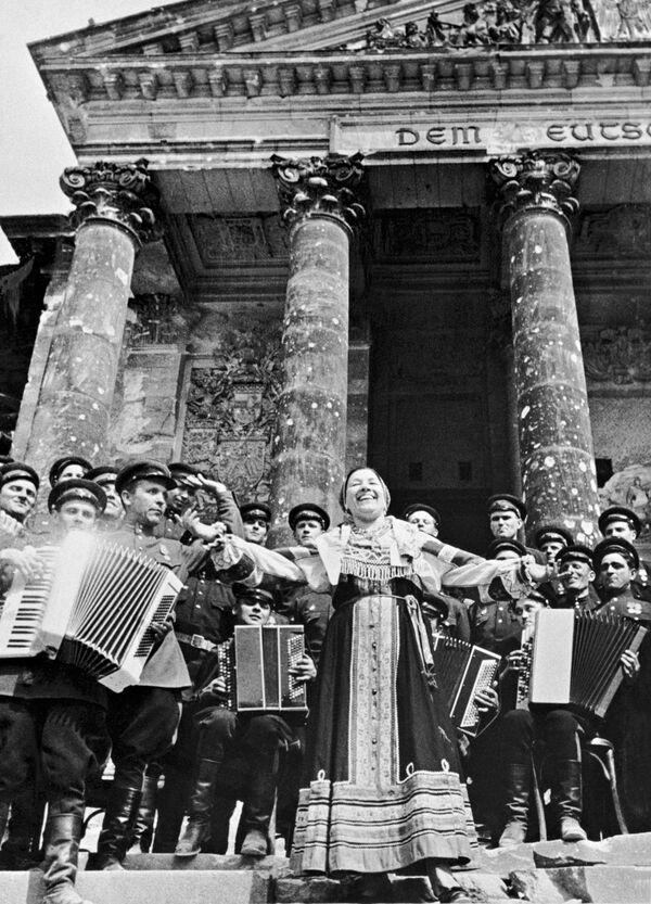 Artystka Rosyjskiej Federalnej Socjalistycznej Republiki Radzieckiej śpiewa dla radzieckich żołnierzy , 1945 rok   - Sputnik Polska