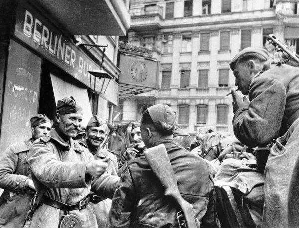 Radzieccy żołnierze świętują zwycięstwo w Berlinie w 1945 rok - Sputnik Polska