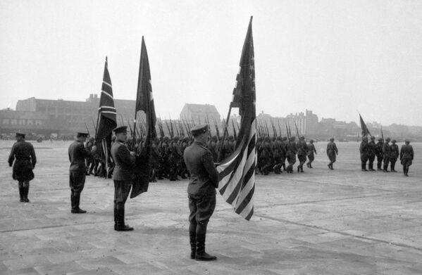 Przedstawiciele dowództwa alianckiego na lotnisku Tempelhof w Berlinie, 1945 rok - Sputnik Polska