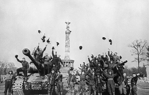 Radzieccy czołgiści w Berlinie, 1945 rok - Sputnik Polska