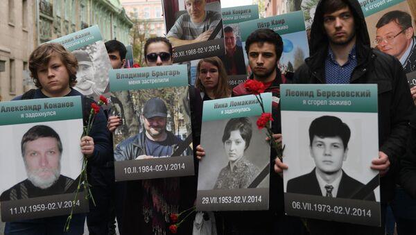 Uczestnicy akcji Pamiętamy ruchu Antymajdan z portretami osób, które zginęły 2 maja 2014 r. w Domu Związków Zawodowych w Odessie.  - Sputnik Polska