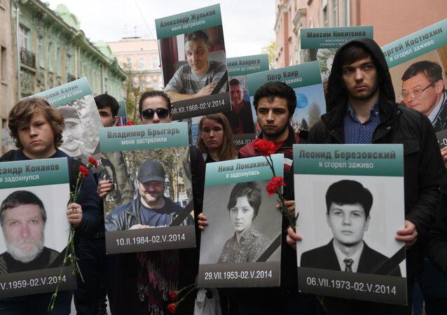 Uczestnicy akcji Pamiętamy ruchu Antymajdan z portretami osób, które zginęły 2 maja 2014 r. w Domu Związków Zawodowych w Odessie.
