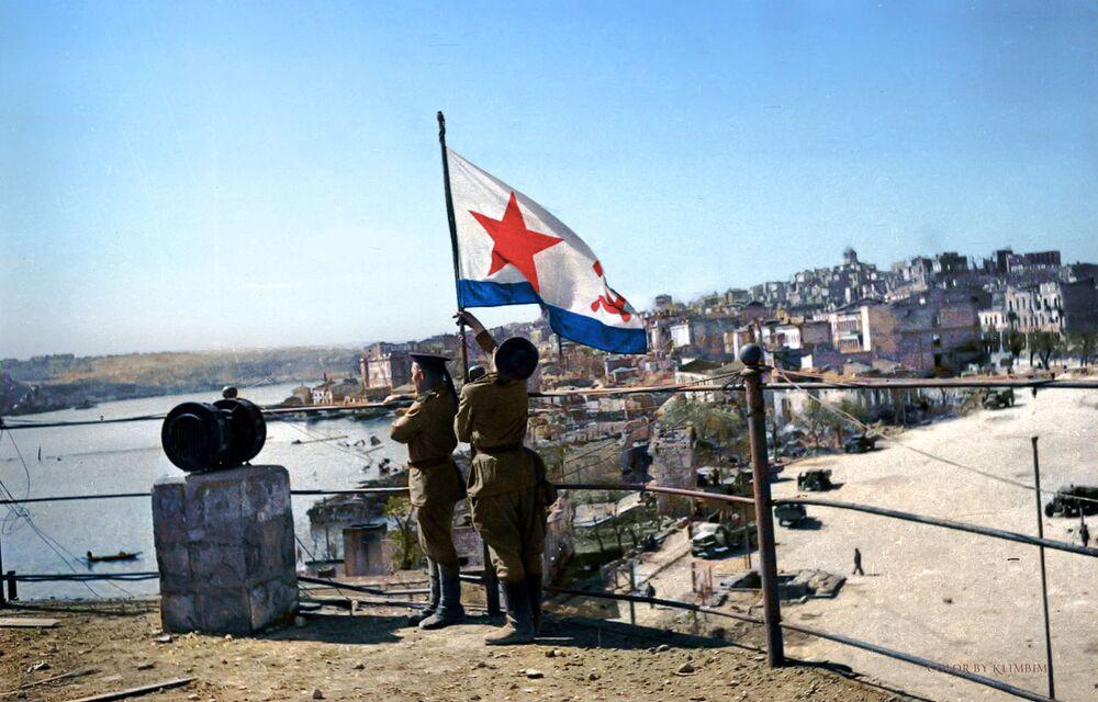 Wzniesienie flagi zwycięstwa na stacji wodnej, 1944 rok