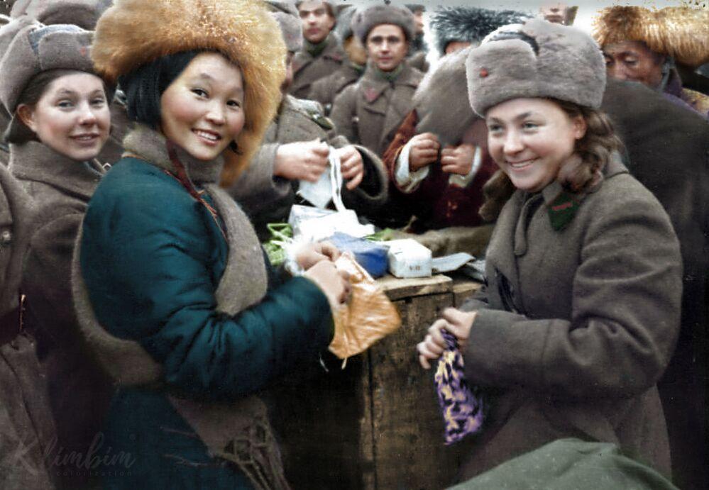 Wręczanie prezentów żołnierzom 11. Armii Frontu Północno-Zachodniego przez członków delegacji mongolskiej, 1942 rok