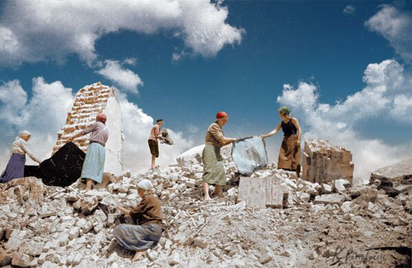 Kobiety radzieckie podczas sprzątania gruzu po bombardowaniu - Sputnik Polska