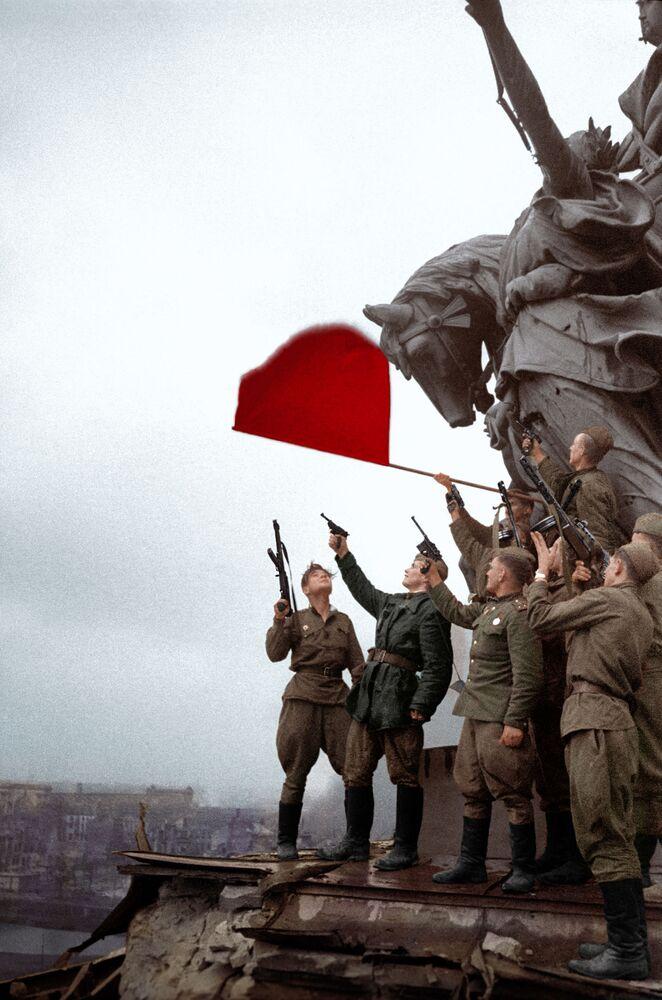 Żołnierze batalionu pod dowództwem Stiepana Nieustrojewa salutują na dachu Reichstagu