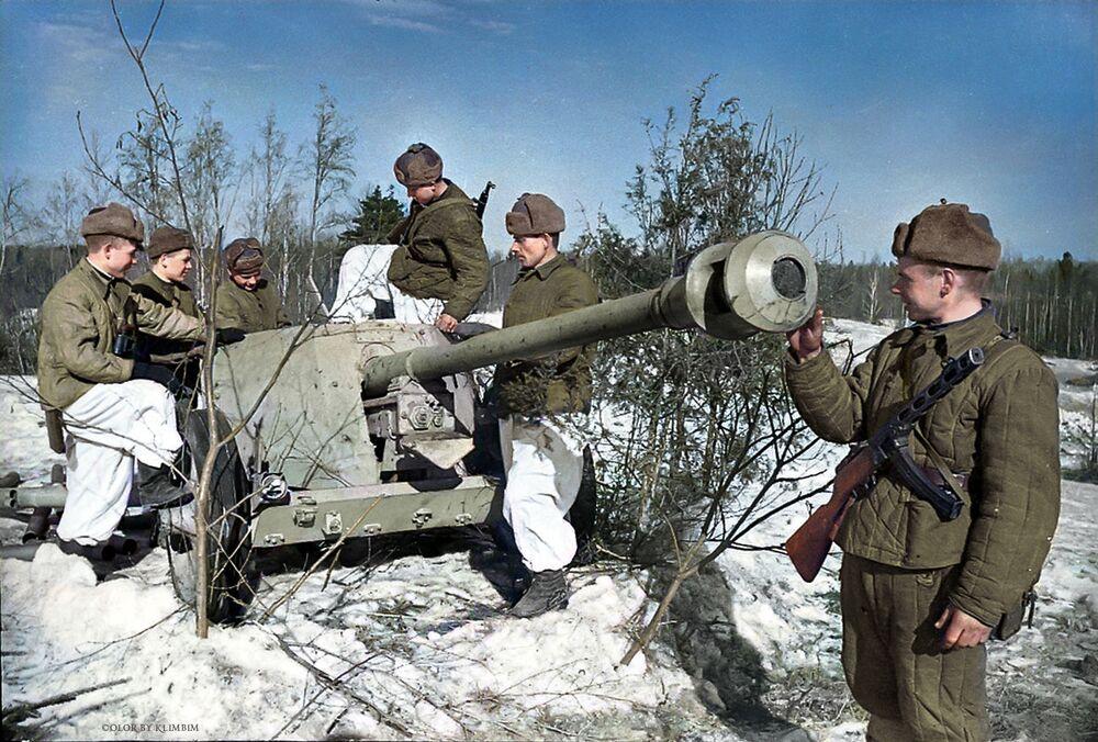 Żołnierze radzieccy oglądają działo przeciwpancerne Hitlera dostarczone przez zwiadowców, 1944 rok