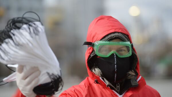 Wolontariuszka rozdaje maski w Jekaterynburgu - Sputnik Polska