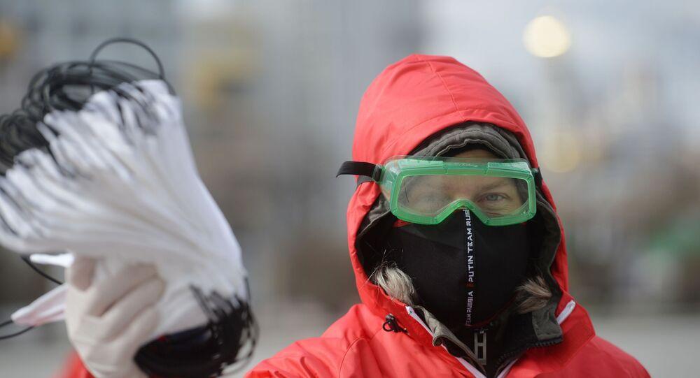 Wolontariuszka rozdaje maski w Jekaterynburgu
