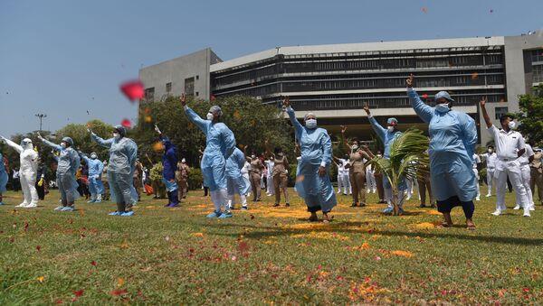 Indyjskie siły powietrzne rozsypały nad New Delhi płatki róż na znak wdzięczności lekarzom, walczącym z COVID-19. - Sputnik Polska