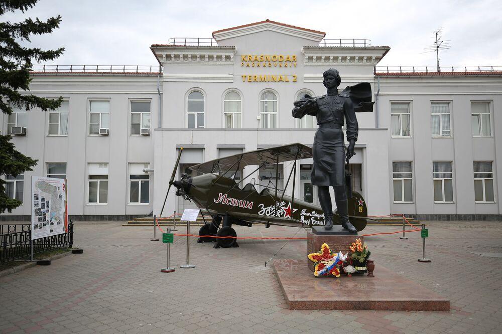 """Pomnik dowódcy """"Nocnych wiedźm"""" Jewdokii Bierszanskiej w Krasnodarze"""