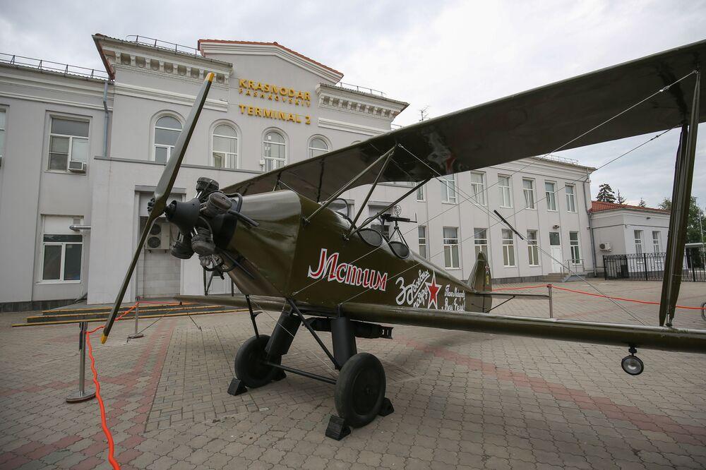 Kopia samolotu Po-2 przy lotnisku w Krasnodarze