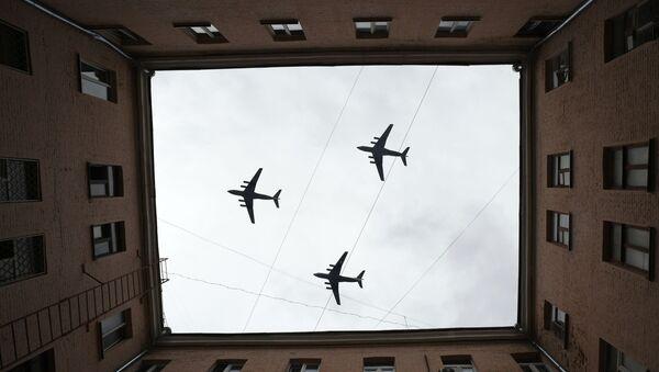 Ciężki samolot transportowy IL-76 na próbie powietrznej części Parady Zwycięstwa w Moskwie - Sputnik Polska