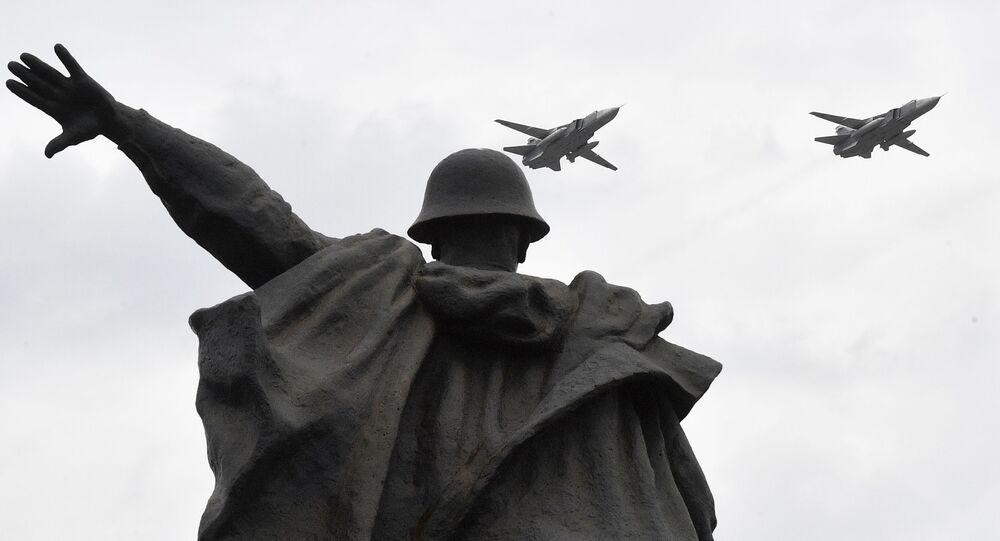 Bombowce Su-24M na próbie powietrznej części Parady Zwycięstwa w Moskwie