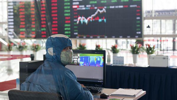 Pracownik w stroju ochronnym w holu giełdy w Szanghaju, Chiny - Sputnik Polska