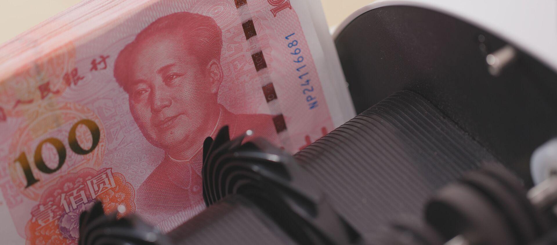 Licznik pieniędzy sprawdza numery banknotów chińskiego juana - Sputnik Polska, 1920, 07.02.2021