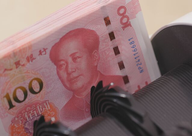 Licznik pieniędzy sprawdza numery banknotów chińskiego juana
