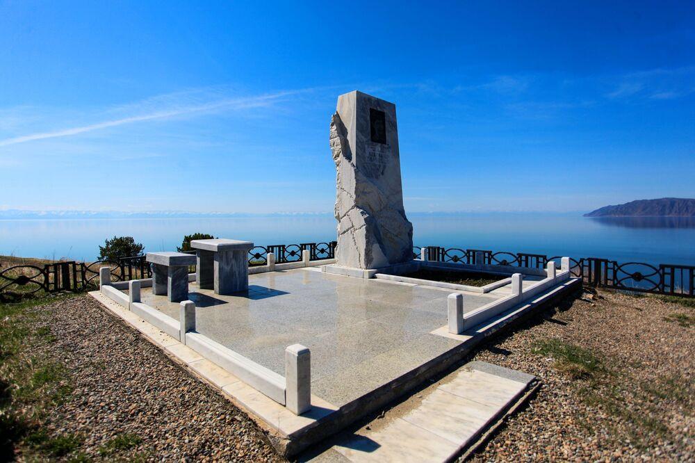 Pomnik dramaturga i prozaika Aleksandra Wampiłowa na brzegu jeziora Bajkał