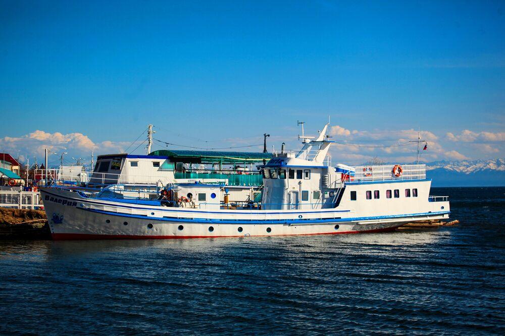 Statek motorowy na brzegu jeziora Bajkał