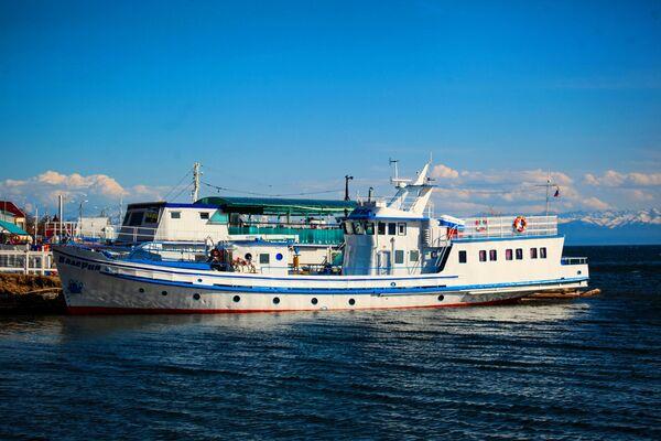 Statek motorowy na brzegu jeziora Bajkał - Sputnik Polska