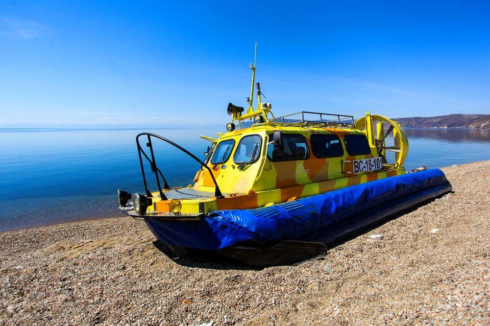 Poduszkowiec na brzegu jeziora Bajkał