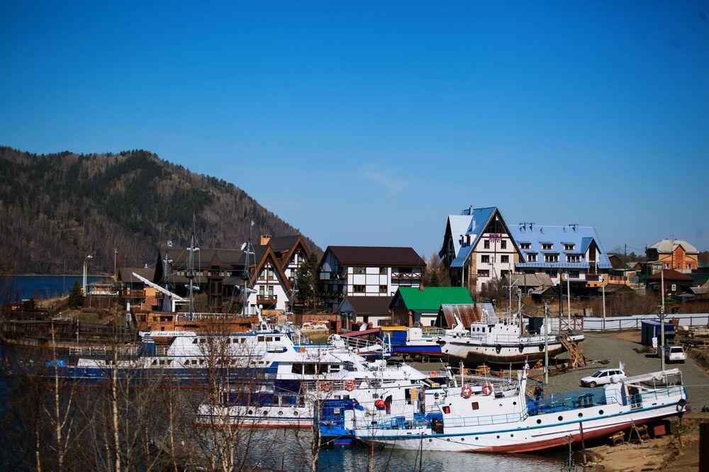 Wieś Nikola nad jeziorem Bajkał