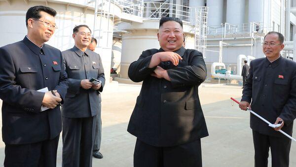 Kim Dzong Un 1 maja podczas ceremonii zakończenia budowy - Sputnik Polska