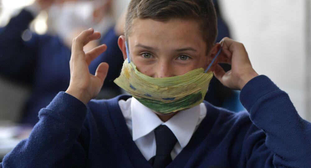Dziecko w ochronnej masce