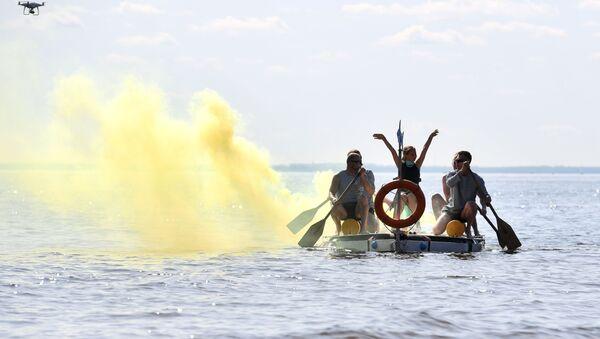 Młodzież na łódce z kołem ratunkowym - Sputnik Polska