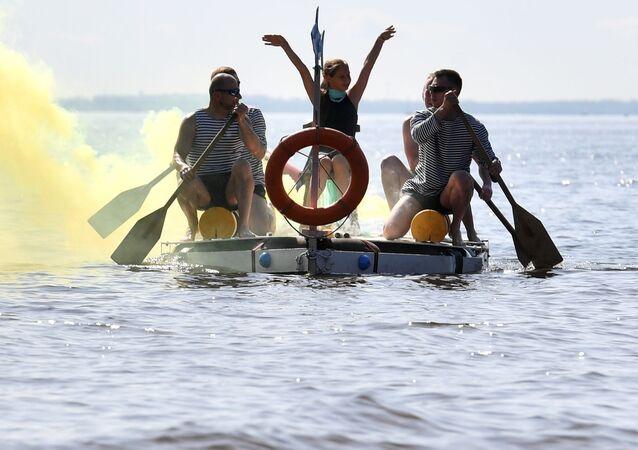 Młodzież na łódce z kołem ratunkowym